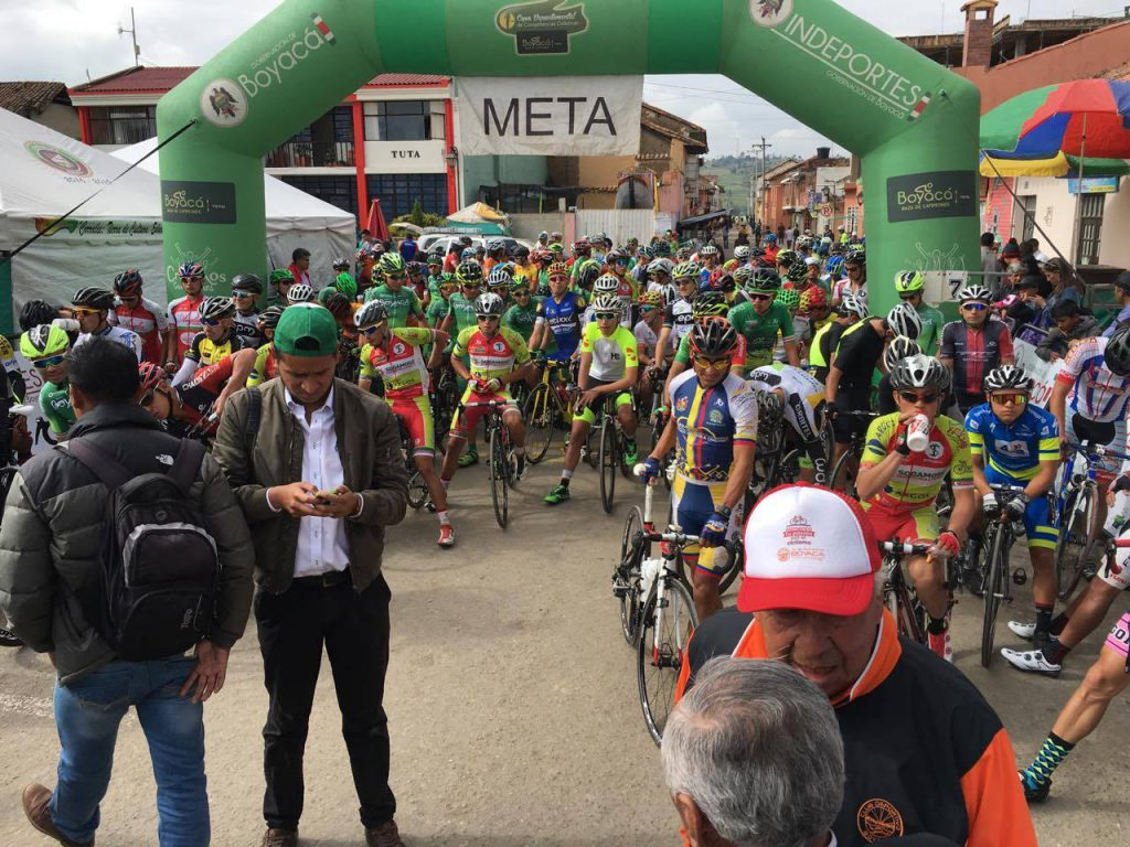 2ème épreuve colombienne à Tuta. Une nouvelle superbe expérience et des sensations bien présentes. À l'attaque à de nombreuses reprises, j'ai pu prendre le large à 10km de l'arrivée en compagnie de 2 autres coureurs. Seul aux commandes par la suite, je me fais reprendre à moins de 2 km de l'arrivée.